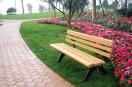 情侣脚踩公园休闲椅拍婚纱照 长椅满是泥土脚印